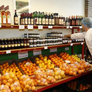 producten, fruit en jam in boerderijwinkel